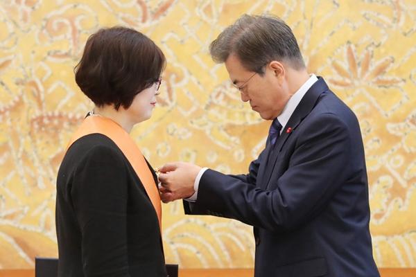 韩国女法官获文在寅亲自戴勋章 曾判朴槿惠下台