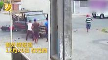 男子骑摩托摔倒被卷入货车底部  安然无恙从车底爬出