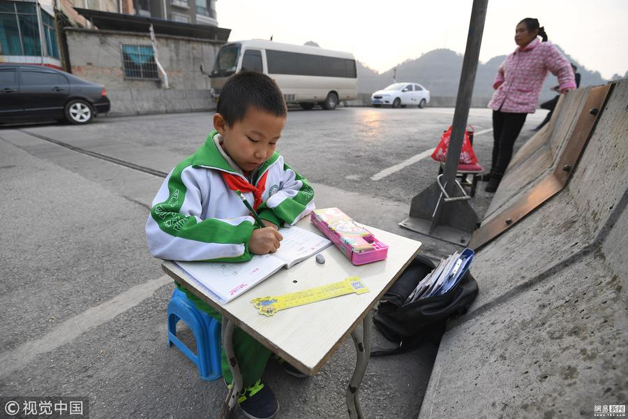 家中阴暗潮湿 8岁男孩立交桥上写作业