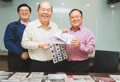 中国侨网图为符树波(右)将钱币和邮票赠捐予马来西亚华人博物馆。(来源:马来西亚《星洲日报》)