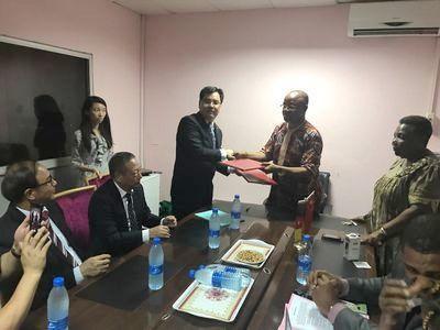 媒体:喀麦隆华侨华人热心公益 捐款助当地孤儿过节