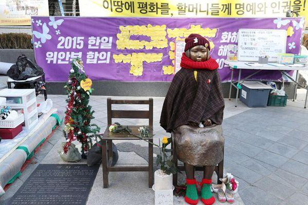 """日本驻首尔使馆前 慰安妇雕像换""""圣诞""""冬装"""
