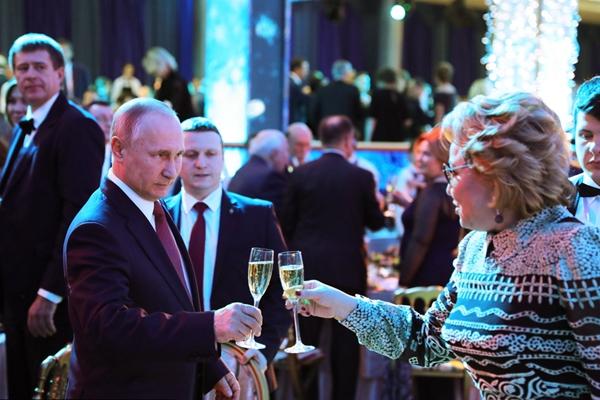 俄罗斯总统普京参加新年晚会 举杯迎宾客