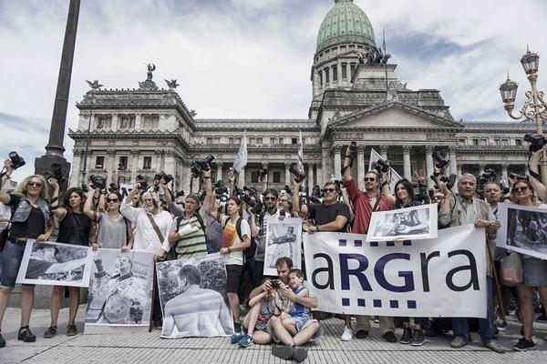 阿根廷记者国会大厦前举相机抗议暴力执法