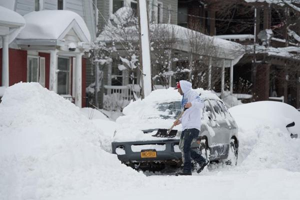 美国小镇降1.5米暴雪创纪录 开车出门全靠挖