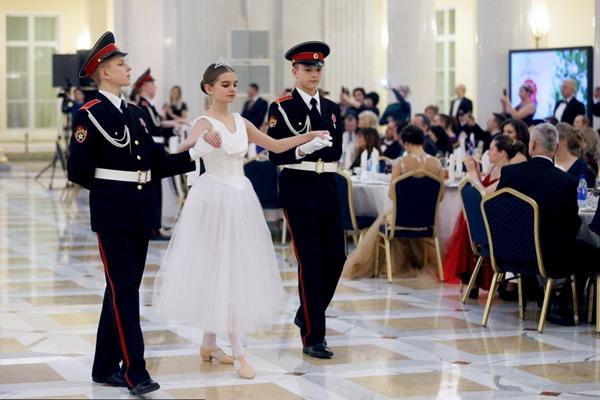 圣彼得堡苏沃洛夫军事学校举办新年舞会 俊男美女抢眼