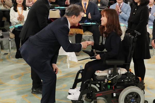 文在寅出席青年科技座谈会 躬身祝贺残障获奖女孩