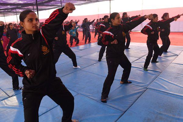 印度上百名女性参加自卫训练营练习防身术