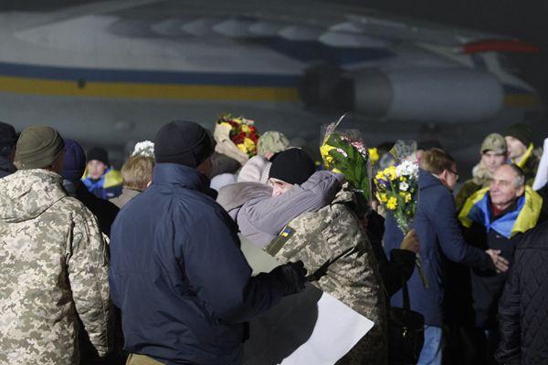 乌克兰冲突双方进行最大规模战俘交换 战俘与亲友见面激动