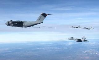 "A400M运输机秀空中加油 给6架大黄蜂""喂奶"""