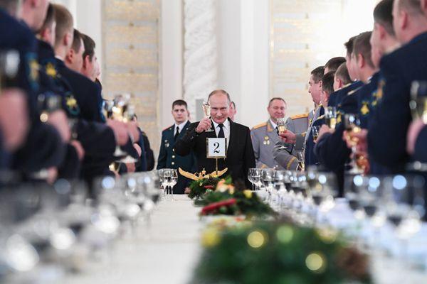 俄为在叙参战军人举行授勋仪式 普京出席向参加者祝酒