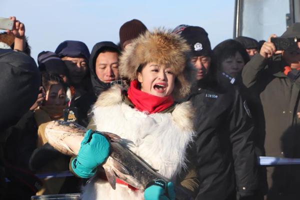 """五大连池冬捕活动 8万斤""""矿泉鱼""""跃冰而出"""