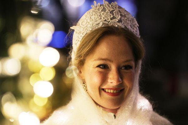 """俄罗斯举行圣诞迎新游行 """"雪姑娘""""现身笑容明媚"""