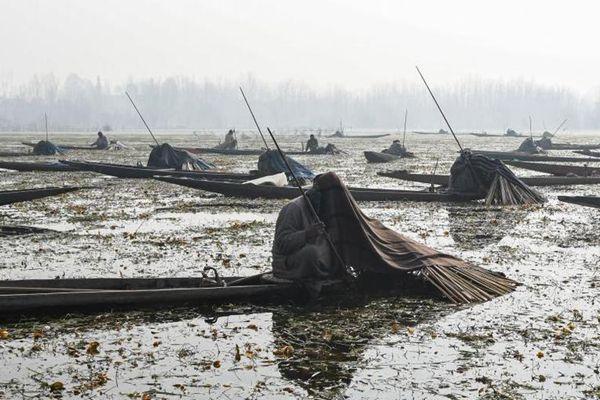 印控克什米尔渔民 毯子盖头静待鱼儿上钩