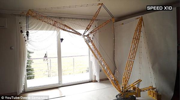 波兰乐高达人搭建可远程操控起重机 能吊起椅子