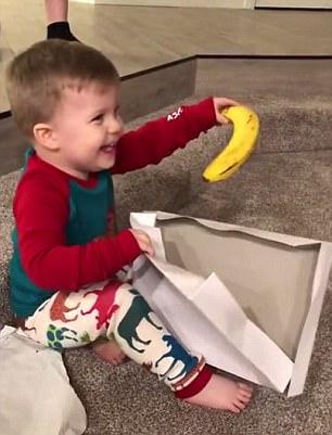 知足常乐!美男童收到香蕉当圣诞礼物兴奋不已