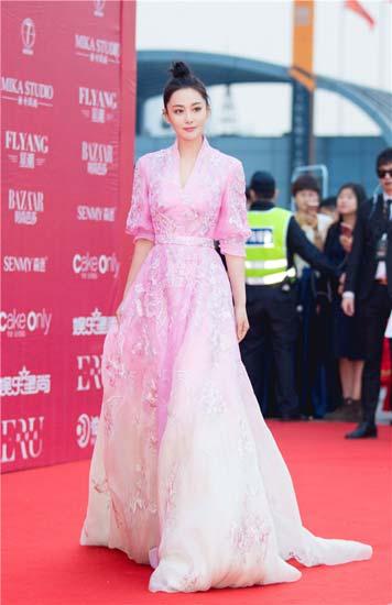 张馨予粉色长裙亮相盛典 明艳娇俏增添一抹春意