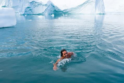 刺激!格陵兰岛水手冰水中游泳 水温低于零度