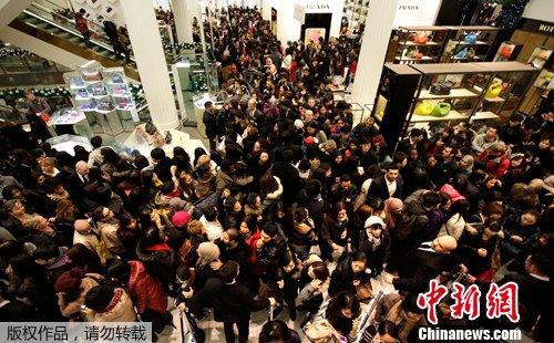 """外媒:中国游客购买力惊人 带动英""""节礼日复兴"""""""