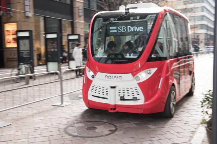 日本软银在商业街进行自动驾驶巴士的道路实测