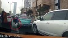 女子下车查看追尾车辆掉落手机 过路的哥捡起就跑