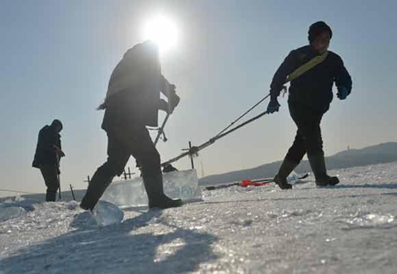 极寒气候下的采冰人 日采冰90吨月入过万