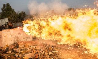 解放军火焰喷射器猛烈开火