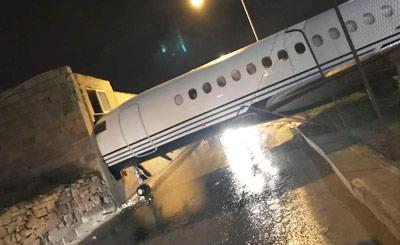 客机被大风吹跑 冲出机场后撞墙了