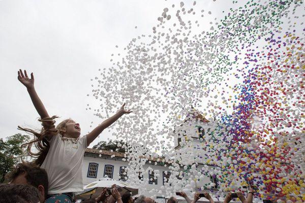 巴西圣保罗商会放飞5万只气球迎新年 场面壮观