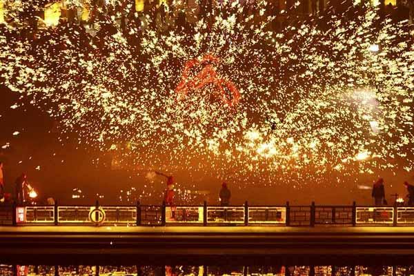"""山东台儿庄:""""火龙钢花""""迎新年"""