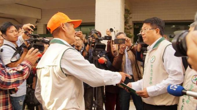 民进党资深党员联名要求处分台南市长参选人黄伟哲陈亭妃