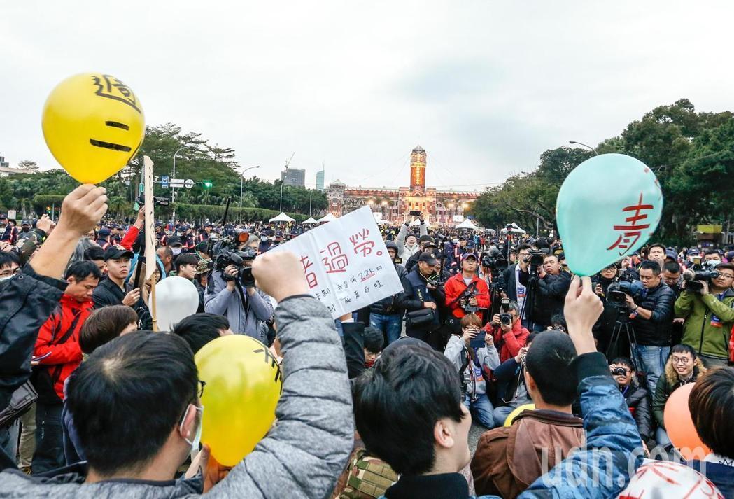 """台劳团举行""""过劳共惨""""升旗式 抗议蔡英文新年承诺"""