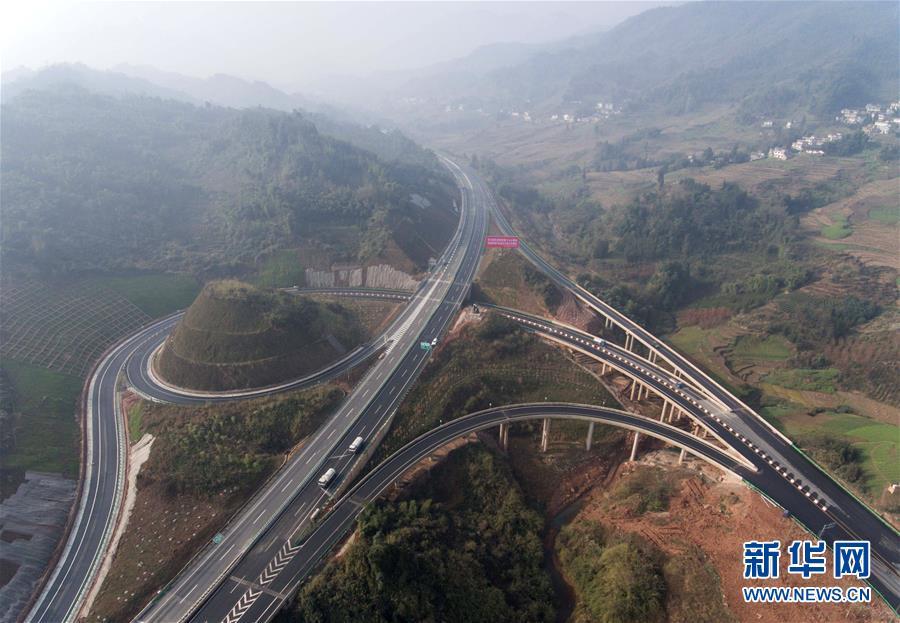 雅康高速公路雅安至泸定段建成试通车运行