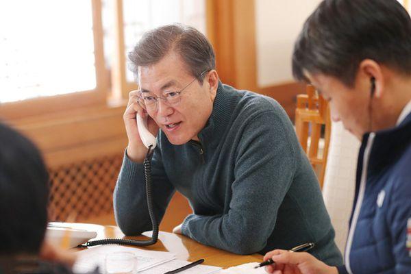 韩总统文在寅新年连线 问候民众笑容满面