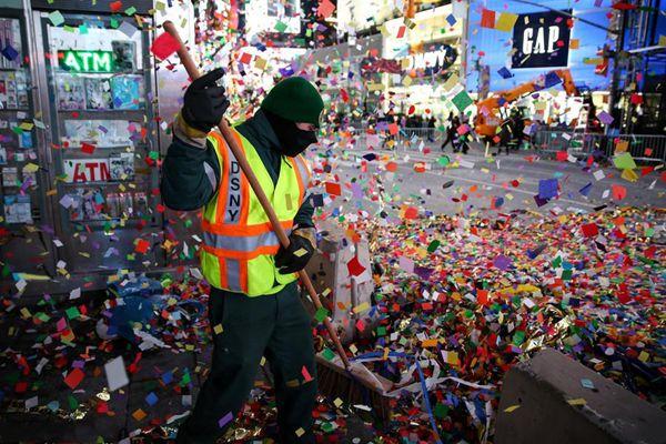 纽约百万人跨年遗留垃圾 工人清理漫天纸屑