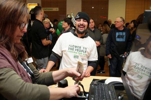 加州娱乐性大麻合法化 民众排队购买