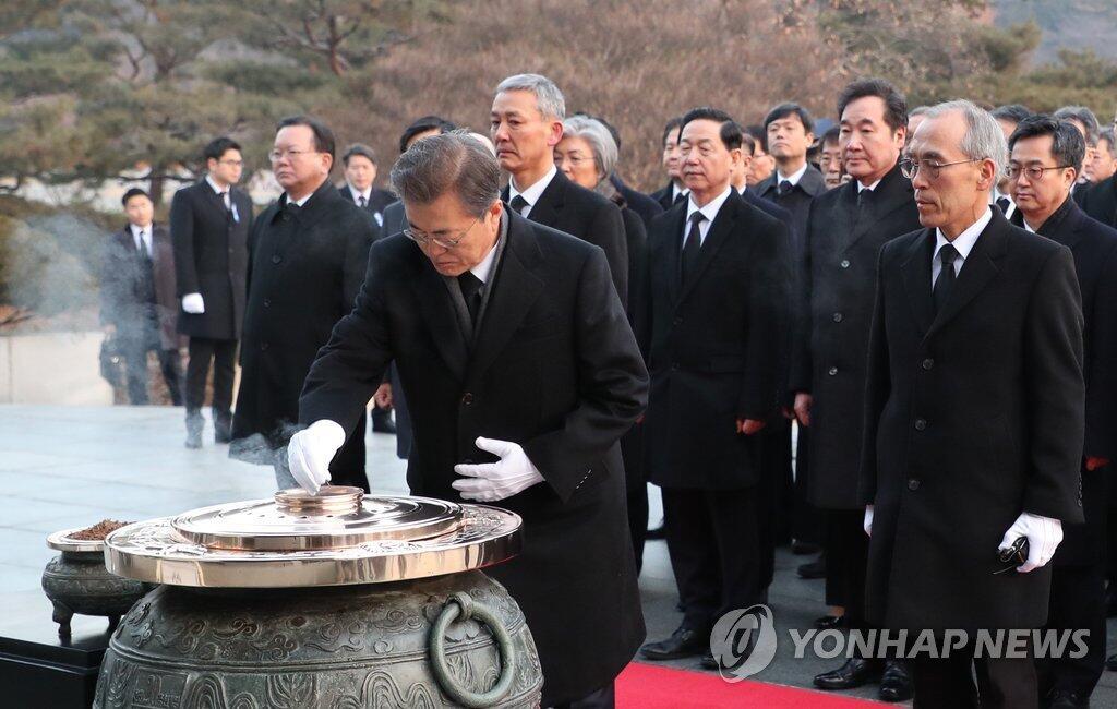 韩国总统文在寅赴显忠院参拜为新年祈愿