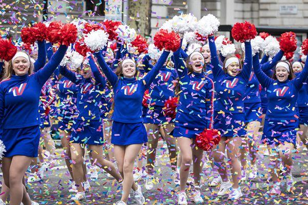 伦敦举行2018新年街头游行 美女街头载歌载舞