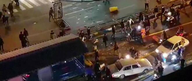 鲁哈尼呼吁冷静未奏效 伊朗周一继续爆发示威游行