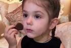 美3岁女童化妆视频走红