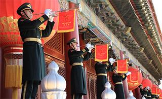 新年新气象:军乐团天安门城楼吹响升旗号角
