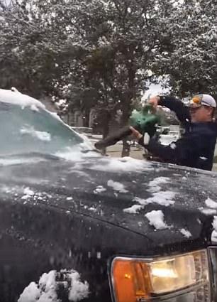 好点子!美国男子用吹叶机清理汽车上积雪