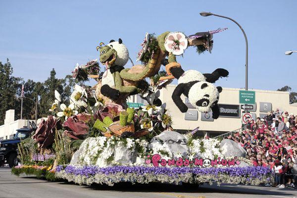 美国加州举办新年玫瑰花车大游行 熊猫元素引人注目