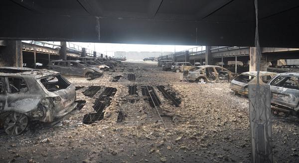 英7层楼高停车场发生火灾致上千辆车被烧毁