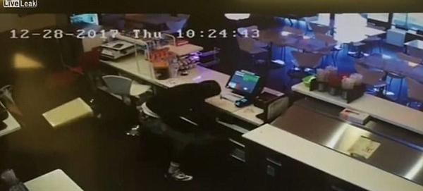 美咖啡店老板勇斗劫匪 夺过手枪连开6枪