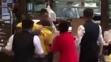 外卖小哥着急催单起争执 遭店家数人围殴脚踢