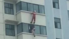女子阳台欲跳楼轻生 消防战士凌空一脚将其踹回