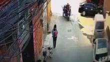 惊险!女子背娃在小巷行走 被高空坠物砸倒
