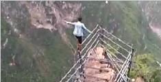 """凉山""""悬崖村飞人"""":在悬空钢梯上奔跑"""