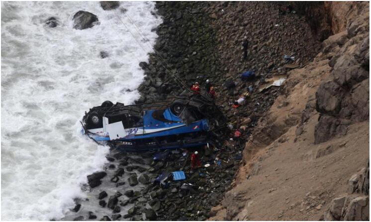 秘鲁一巴士坠入悬崖 已造成至少36人死亡